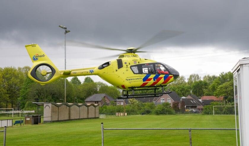 Traumahelikopter landt op voetbalveld FC Schadewijk voor melding bij bedrijf. (Foto: Gabor Heeres, Foto Mallo)