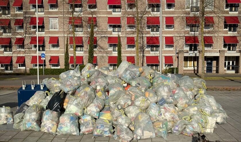<p>Plastic afval bij Winkelcentrum Ussen.</p>