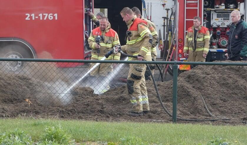 Brandweer in actie bij bedrijf aan Longobardenweg. (Foto:  Thomas)