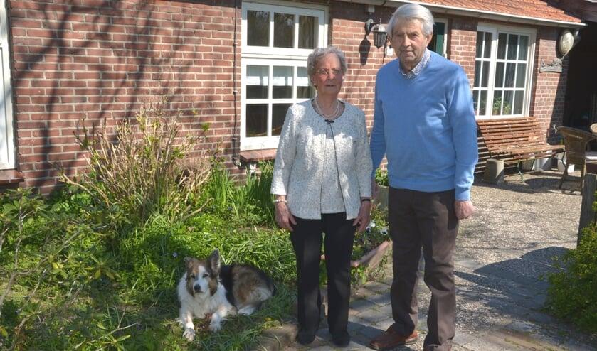 <p>Theo en Marietje bij hun huis waar ze samen gelukkig zijn. (foto: Henk Lunenburg)</p>