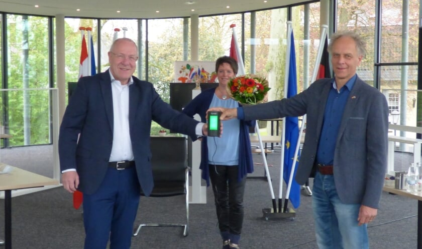 Dirk Unsenos van ISIS IC GmbH feliciteert Euregio-secretaris Sjaak Kamps en Projectcoördinator Svenja Arntz met het 50-jarige jubileum.