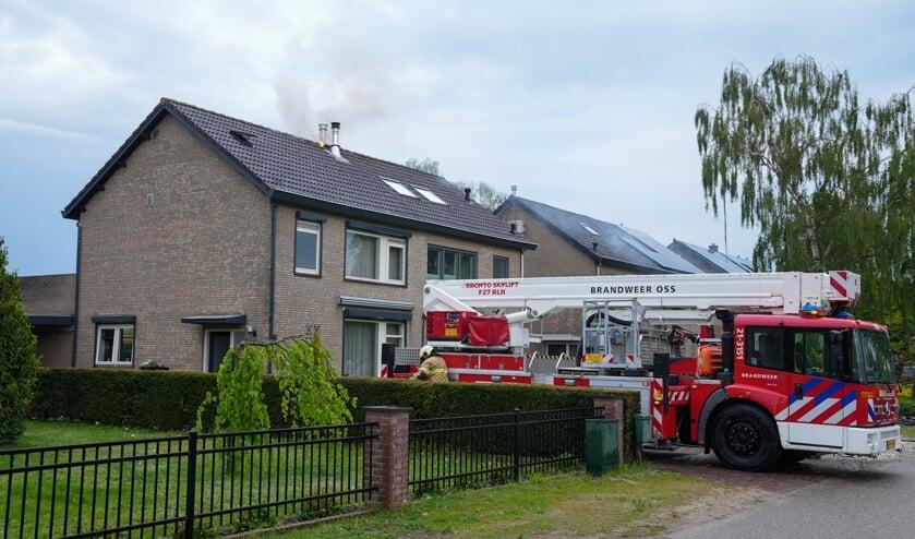 Felle zolderbrand in Deursen-Dennenburg. (Foto: Gabor Heeres, Foto Mallo)