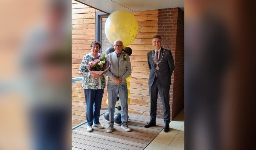 <p>Burgemeester Hillenaar kwam bij Jan en Mien over de vloer om het huwelijk te vieren.</p>