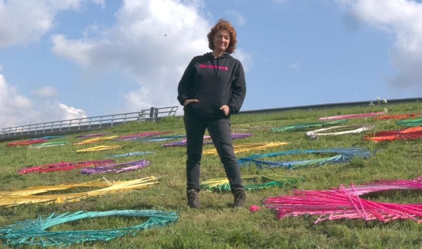 Carin Simons tussen de kleurrijke cirkels van Het Netwerk (Foto Pascal van Oers).