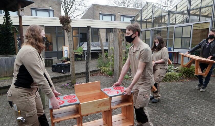 <p>BWI-leerlingen Hooghuis knappen patio Hub-school op.</p>