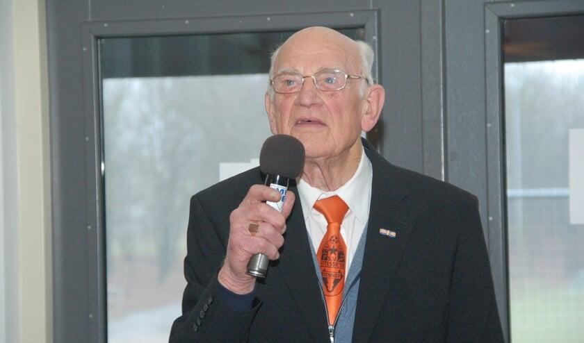 <p>Jacob van Tankeren bij de huldiging voor 75 jaar lidmaatschap bij Vitesse&#39;08 op de nieuwjaarsreceptie in 2017 Hij werd 92 jaar..</p>