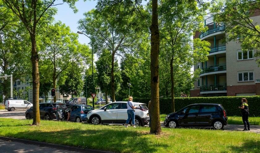 Drie auto's botsen op elkaar op kruispunt in Oss. (Foto: Gabor Heeres, Foto Mallo)