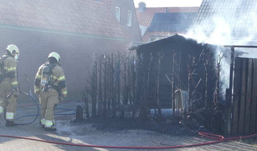 Brandweer blust brandende haag en schuur in Heesch. (Foto: Thomas)