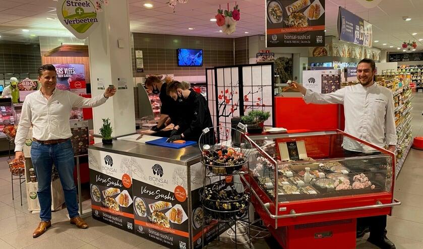 <p>Links Jan Verbeeten van PLUS Verbeeten, geheel rechts Jaap Volman van Bonsai Sushi.</p>