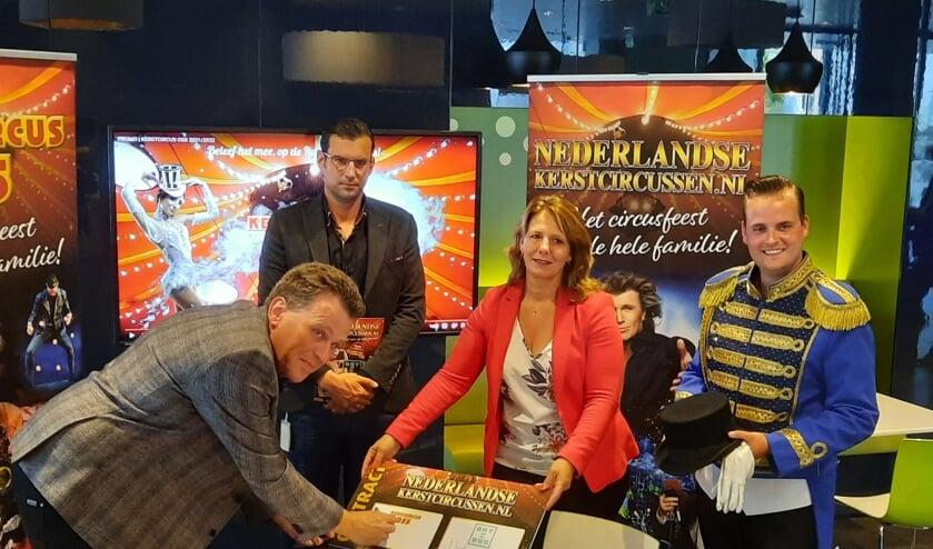 Ondertekening voor samenwerking gemeente Oss en Kerstcircus Oss.
