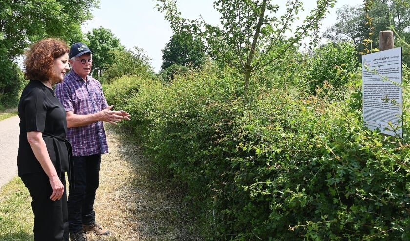 <p>E&eacute;n van de vrijwilligers leert Van Engelshoven de fijne kneepjes van het Maasheggenvlechten.</p>