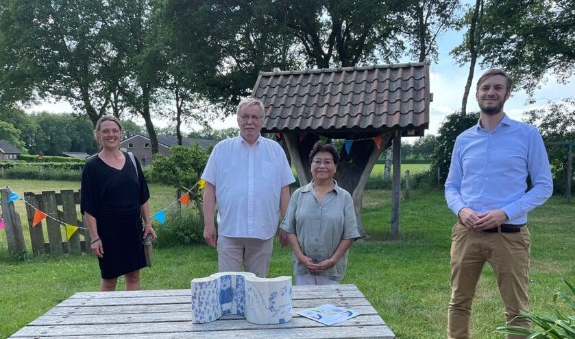 <p>Van links naar rechts Marlies Crooijmans (kunstenaar), Piet en Dora Tiemen en wethouder Rik Compagne.</p>