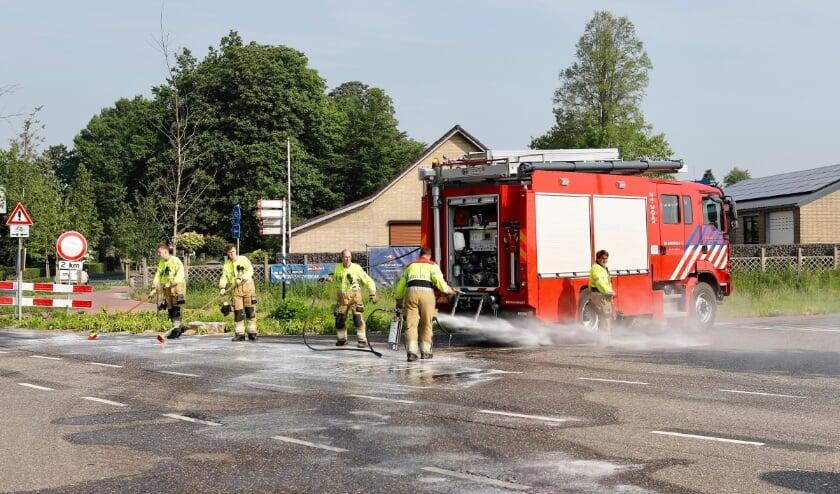 De brandweer moest het wegdek schoonspuiten.