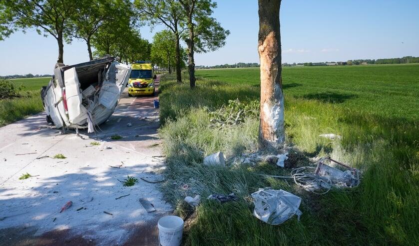 <p>Grote puinhoop na botsing in Oijen. (Foto: Gabor Heeres, Foto Mallo)</p>