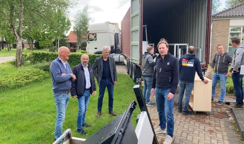 Op de foto: Ruud van de Rakt Aloysiusstichting, Rob Poel wethouder, Frans Brands directeur VSo Korenaer , Rutger Groen financieel directeur en op de achtergrond enkele vrijwilligers.