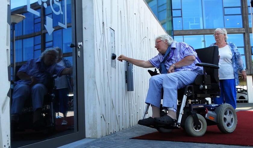 Arma Fokkema van het SGL opent in 2018 een mindervalidenlift bij het gemeentehuis in Bergschenhoek. (Foto: Andrea van der Houwen)