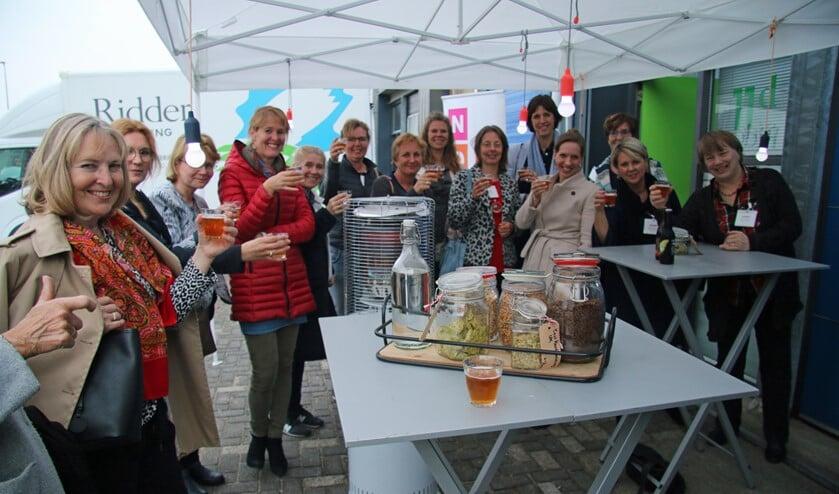 NOOVA-leden genieten van een bierproeverij, met uitleg over het brouwproces en de achtergrond van de verschillende bieren.