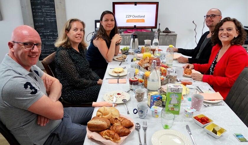 Eén van de ontbijtsessies met Henk van Pelt (links), Cindy Brink, Lynda Beck, Fabian van Rossum en José Flaton.