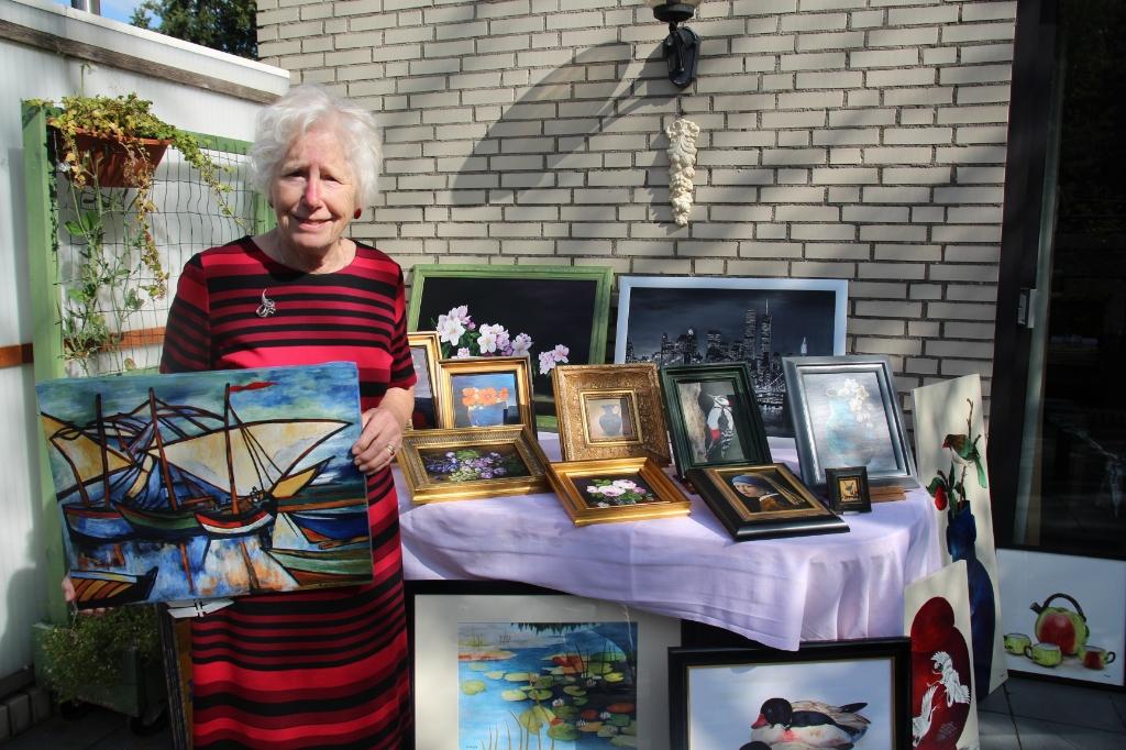 Riet Brand-Wooning met een deel van haar oeuvre.   © hartvanlansingerland