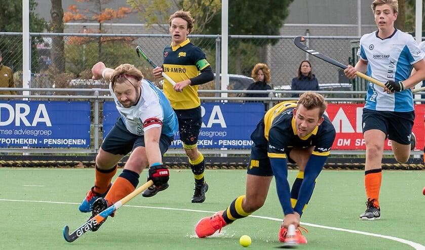 <p>Sjoerd Zeeman haalt onder het toeziend oog van aanvoerder Bart van Eijken uit, maar de bal zal over het doel gaan. (Foto: Erik van Dort)</p>