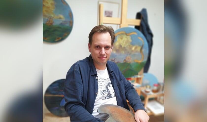 <p>Rens Krikhaar in zijn atelier.</p>