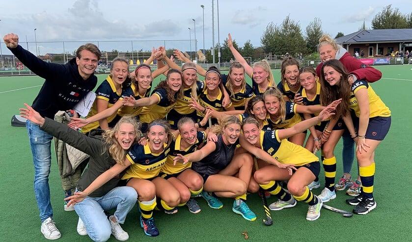 <p>MA1 van HBR met begeleiders Oscar van de Hul en Marit Leijdens vieren het bereiken van de Super A competitie.</p>