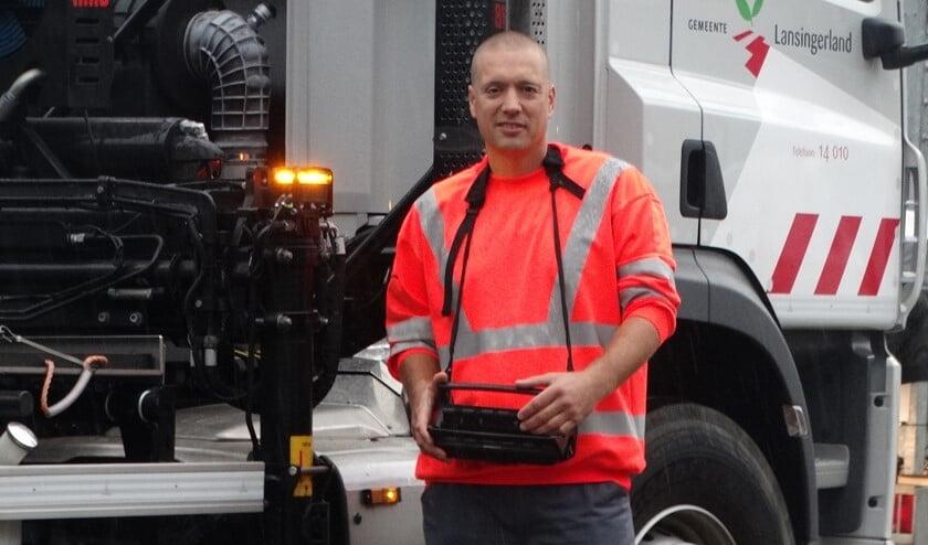 <p>Mark bedient de kraan van de grote vrachtwagen op veilige afstand.<br><br></p>