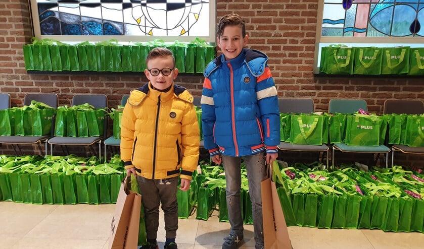 <p>Mikai (links) en zijn broer Deon. Zij vonden het jammer dat de jeugdweek niet doorging, maar waren wel heel blij met de goodiebag! </p>