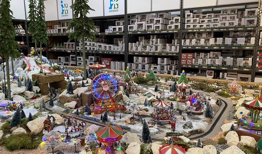 <p>Het valt Saskia de Laat op dat het kerstdorp dit jaar groter is opgezet dan voorgaande jaren.&nbsp;&nbsp;</p>