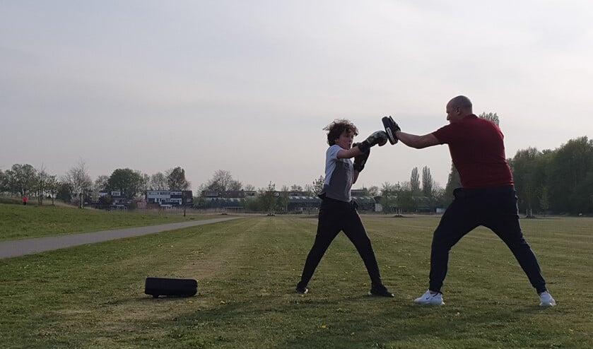 In de open lucht trainen met een bokszak of trapkussen kan nog wel, mits natuurlijk met iemand uit hetzelfde gezin.