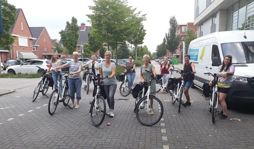 De Bleiswijkse medewerkers van de Vierstroom zijn enorm blij met de e-bikes. Later volgen de medewerkers in Bergschenhoek en Berkel en Rodenrijs.