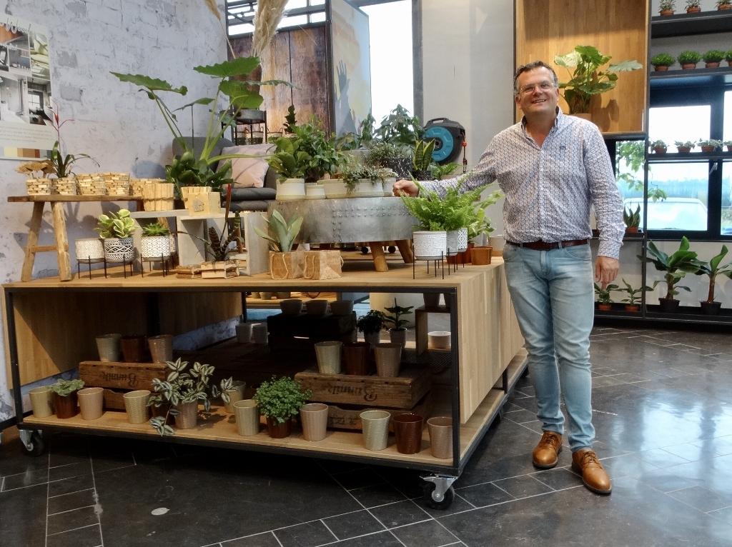 Jan laat de nieuwste trends zien in het Green Event Centre.  © hartvanlansingerland