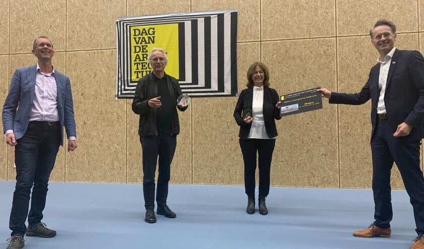 Winnaars Jeroen van Schooten van Team V architectuur en Beate Vlaanderen van Arcadis nemen prijs in ontvangst van wethouder Robin Paalvast.