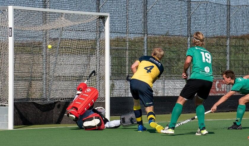 Laurens van der Burg wipt de 3-1 hoog in het net. (Foto: Erik van Dort)