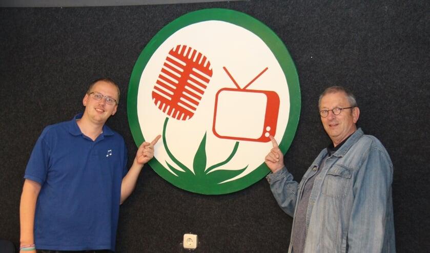 Mathijs van der Kaaij (links) en Hans Cieremans voor het logo van RTV Lansingerland.