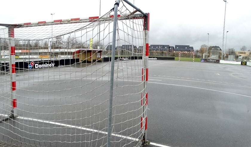 <p>Het handbalveld bij TOGB ligt er op het moment maar mistroostig bij.</p>