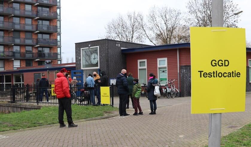 <p>In de rij voor de testlocatie in Berkel en Rodenrijs. (Foto: Spa Media)</p>