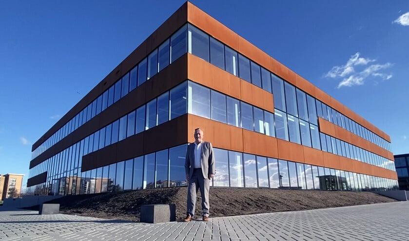 <p>Directeur Arnold Koot voor het spiksplinternieuwe gebouw.</p>