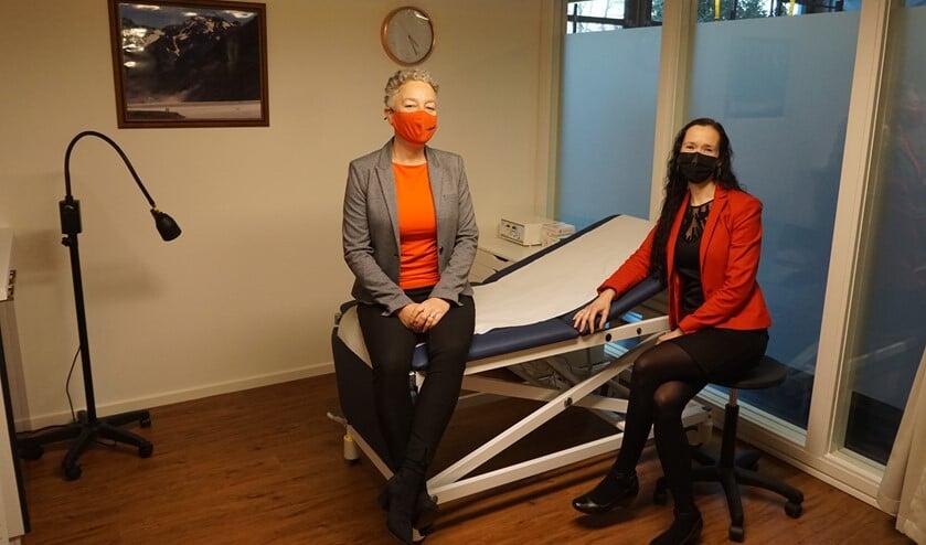 <p>Wethouder Van Tatenhove op de behandeltafel bij dokter Van Berkel.</p>