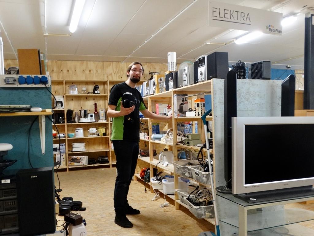 <p>Dani&euml;l op zijn favoriete afdeling: elektronica. </p>  © hartvanlansingerland