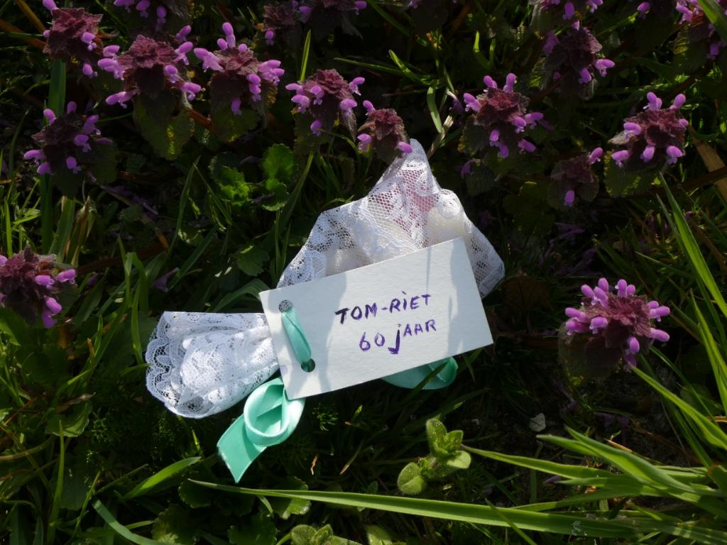 <p>Riet maakte cadeautjes voor de familie van een oud doopkleed.</p>  © hartvanlansingerland