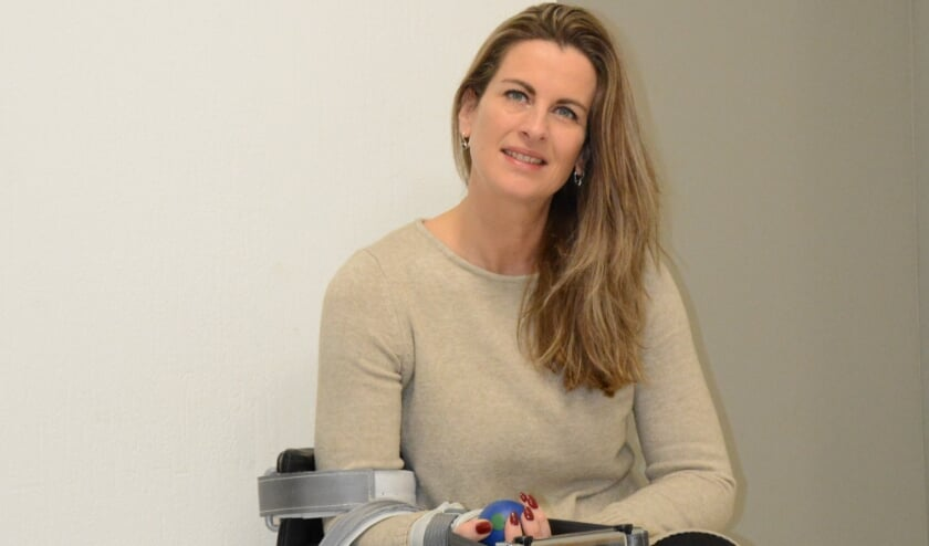 <p>Ingeborg Beuzel bij het Phystrac-apparaat, waarmee al ruim tien jaar uitstekende resultaten worden geboekt. </p>
