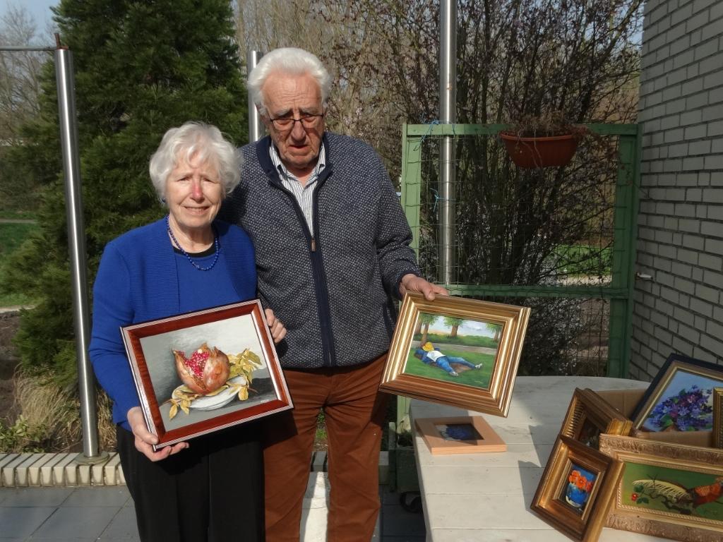 <p>Tom en Riet tonen elk hun favoriete exemplaar uit de enorme hoeveelheid schilderijen die Riet heeft geschilderd.</p>  © hartvanlansingerland