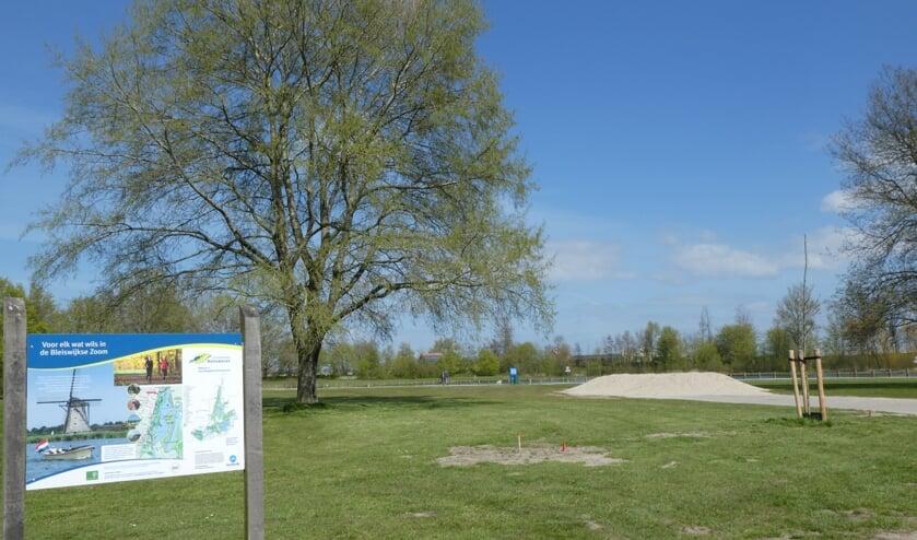 <p>Op de dagcamping in Bleiswijk zijn inmiddels nieuwe boompjes geplant, zoals er eentje rechts op de foto te zien is.</p>