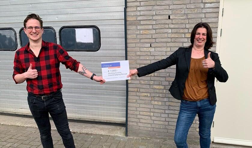 <p>Ruben Kuiper (Jeugdspeelweek) en Tinka Pieterse (Scouting) voor de loods die beide organisaties samen zullen gebruiken als opslagplaats. </p>