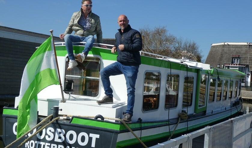 <p>Als Ton (rechts) arriveert bij het schip, hijst hij de groenwitte Rotterdamse vlag op de achtersteven.</p>