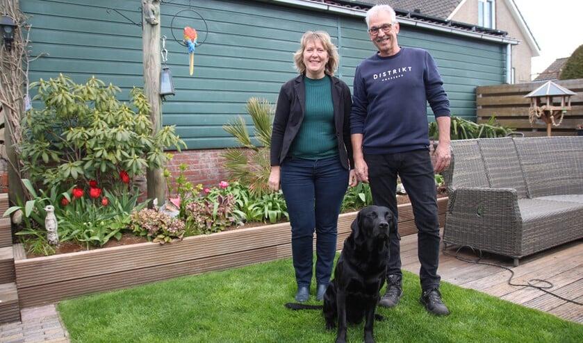 <p>Ron en Jenny van den Bulk in hun fraaie achtertuin van hun huis aan de Leeweg in Berkel.</p>