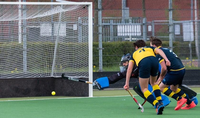<p>HBR Heren 1 keeper Roberto Broere wordt gepasseerd, maar de bal zal voorlangs gaan. (Foto: Erik van Dort)</p>