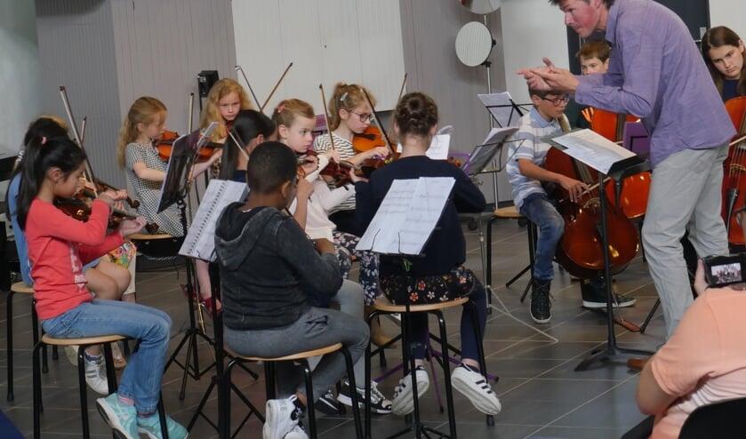 Strijk! met dirigent Arjan Kik in actie in Carnisse Haven. Foto: Wim Soeters.
