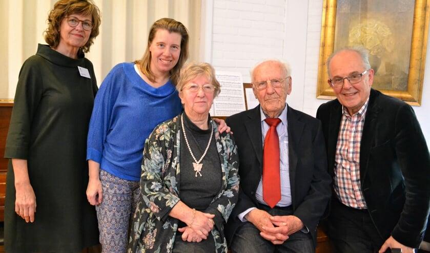 Samen bij het nieuwe orgel. Van links naar rechts Bea Koop, Karin Doller, mevrouw Hazenbroek, Piet Laban en Hans van Gelder.